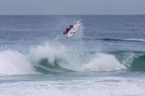 Gabriel Medina voando no aéreo backflip nota 10 no Postinho (Foto: Daniel Smorigo - WSL)